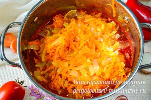 перемешиваем томаты и овощи