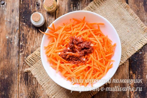 смешиваем морковь и маринад