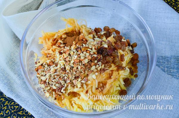 добавить орехи, изюм и корицу