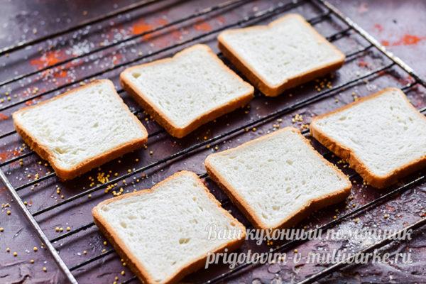 Ломтики хлеба на решетке