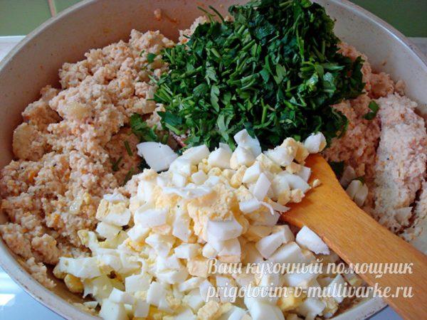 добавить яйца, зелень и специи