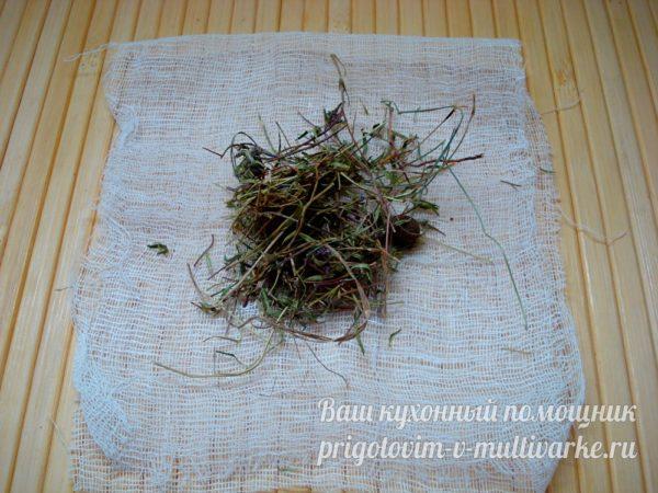 помещаем травы в мешочек