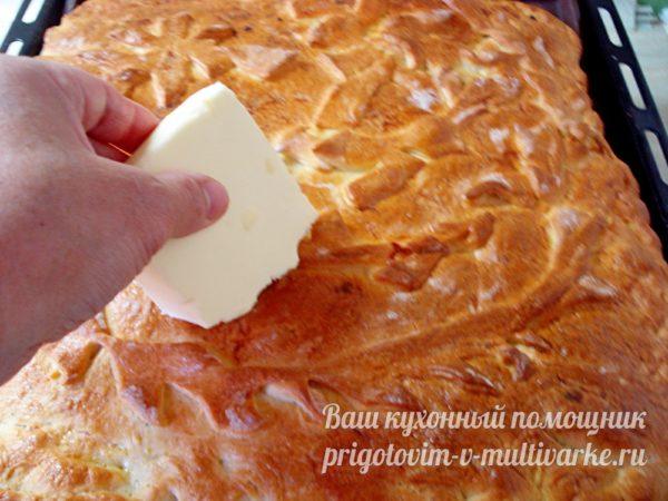 смазываем пирог маслом