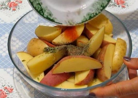 В картофель добавляются желаемые травы