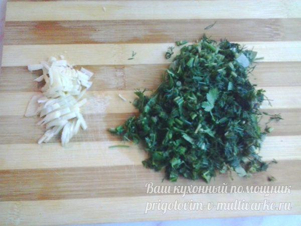 измельченные чеснок и зелень