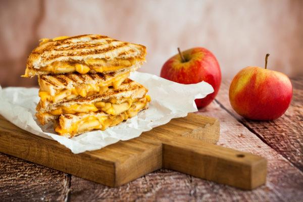 Горячие бутерброды в микроволновке без сыра