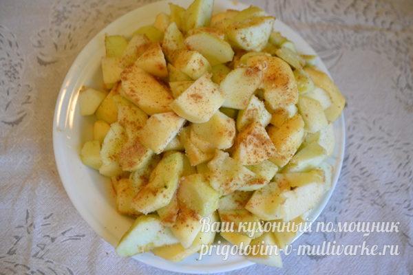 очищаем яблоки и режем
