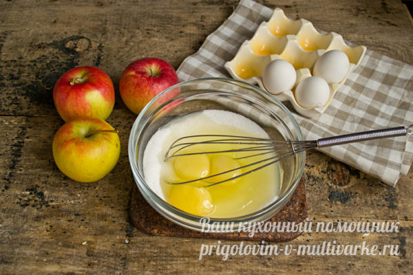 смешиваем сахар и яйца