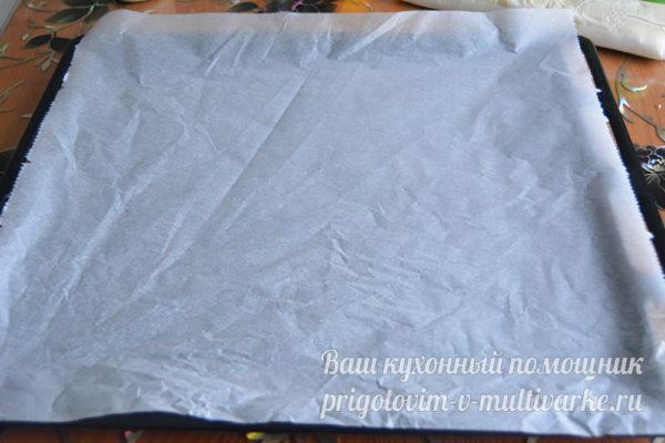 застелить бумагой противень