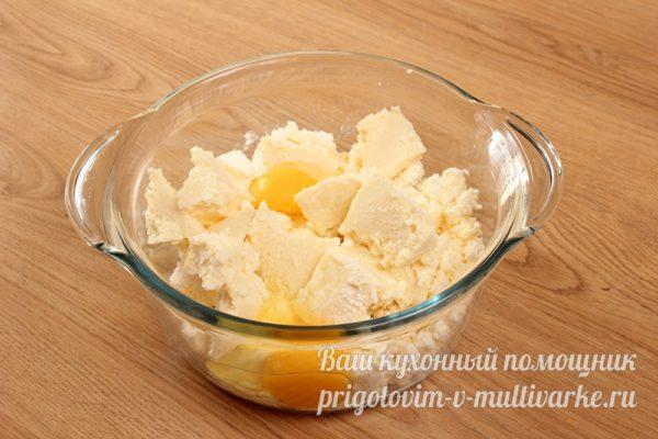 смешиваем творог и сыр