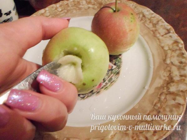 вырезаем сердцевину в яблоках