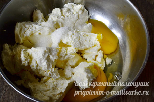 смешиваем творог с яйцами