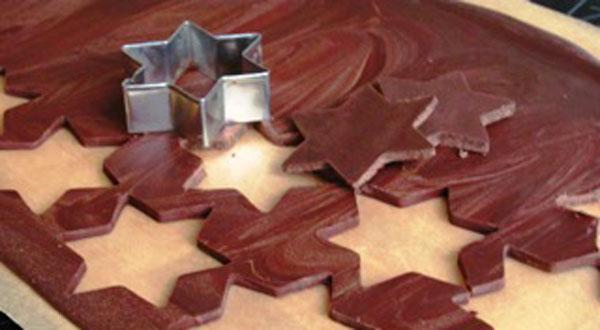 Шоколад ломаем на кусочки