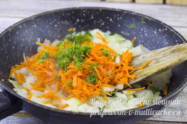 добавляем к луку морковь