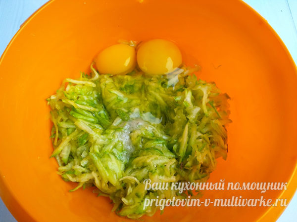 добавляем сырые яйца