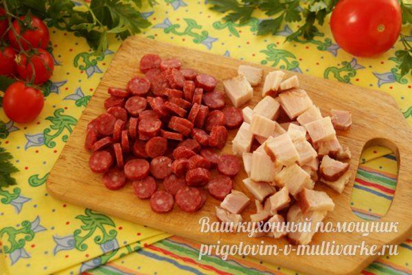 порезанные колбаски и мясо