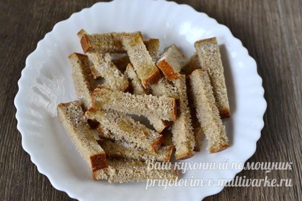 смазываем хлеб маслом