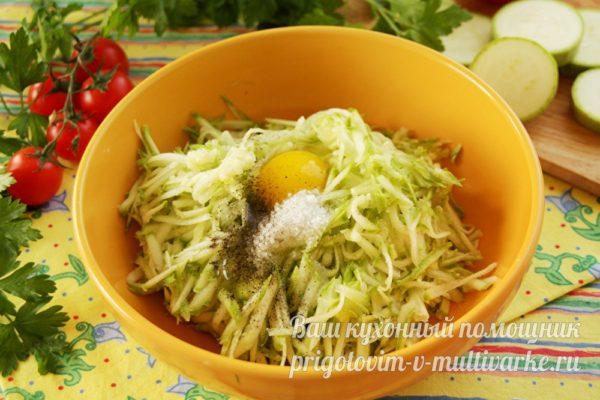 добавляем яйцо, соль и перец