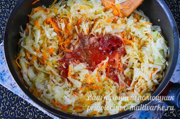 обжариваем капусту, морковь и лук