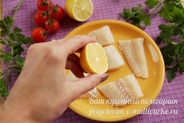 поливаем рыбу соком лимона
