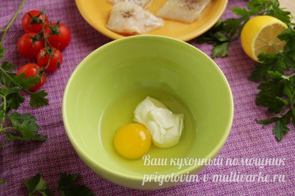 яйцо и сметана в миске