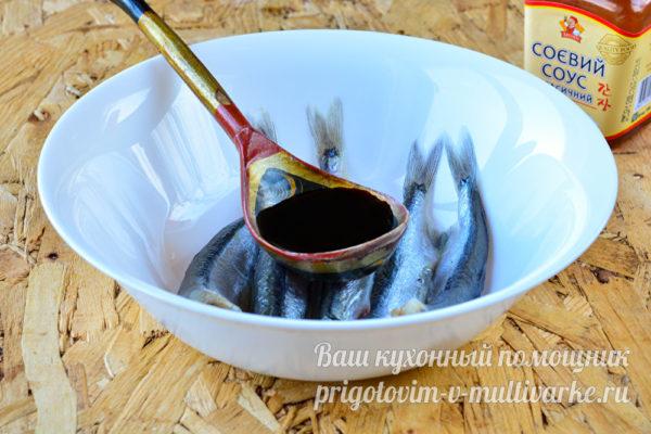 заливаем рыбу маринадом