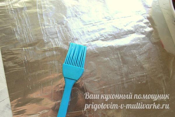 смазываем фольгу маслом