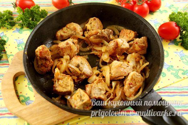 готовим мясо и лук вместе