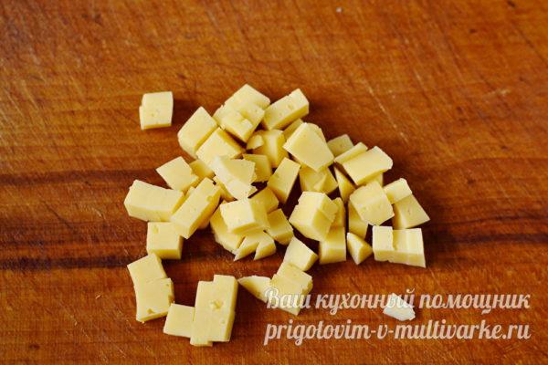 нарезанный твердый сыр