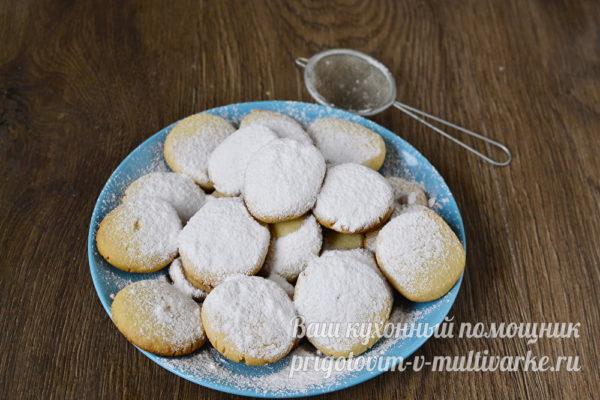 посыпаем печенье пудрой