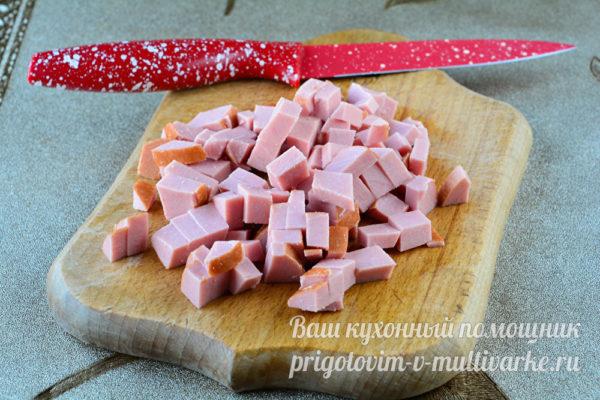 нарезаем вареную колбасу