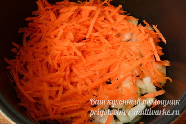 обжариваем лук и морквовь