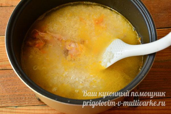 добавляем рис и воду