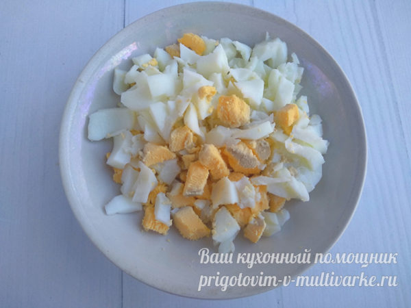 нарезать вареное яйцо