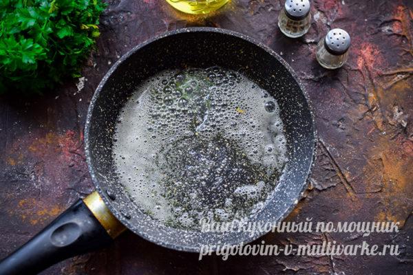 растапливаем масло на сковороде
