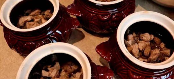 Мясо с грибами раскладываем по горшочкам