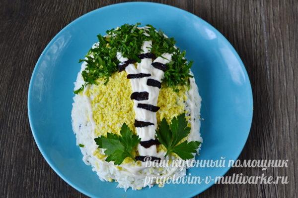 украшаем салат в виде березки