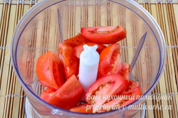 томаты в чаше блендера