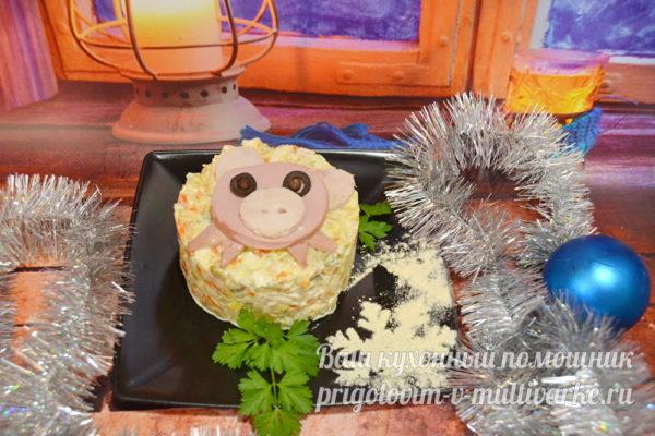салат с колбасой в виде Свиньи