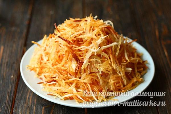обсыпаем картофельной соломкой