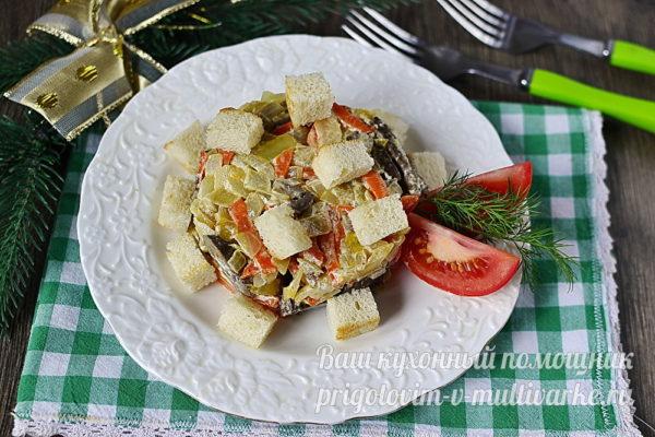 салат с печенью и сухариками
