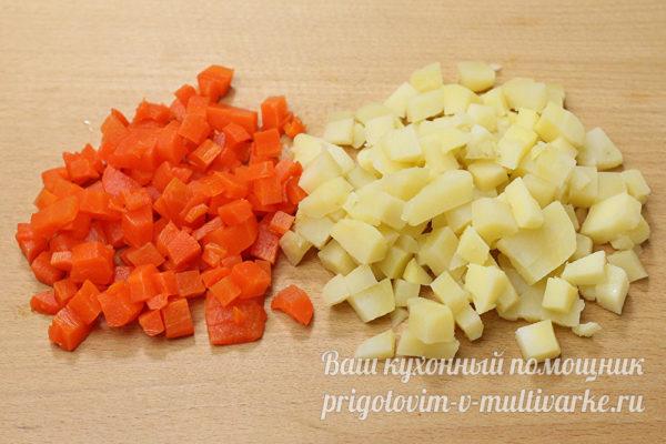 нарезанные вареные картошка и морковь