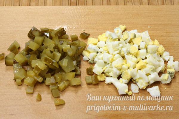 нарезанные огурцы и яйца