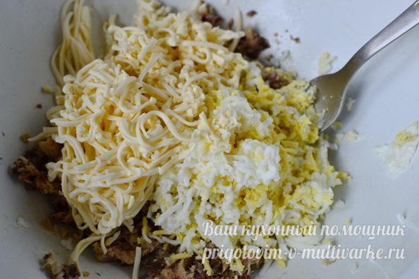 добавляем тертые сыр и яйцо