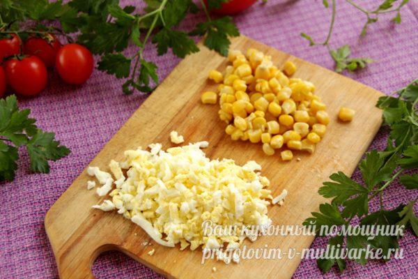 подготовленные кукуруза и яйца