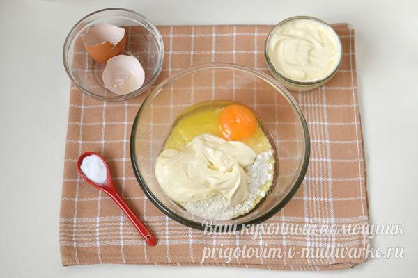 соединяем яйцо, сметану и сахар