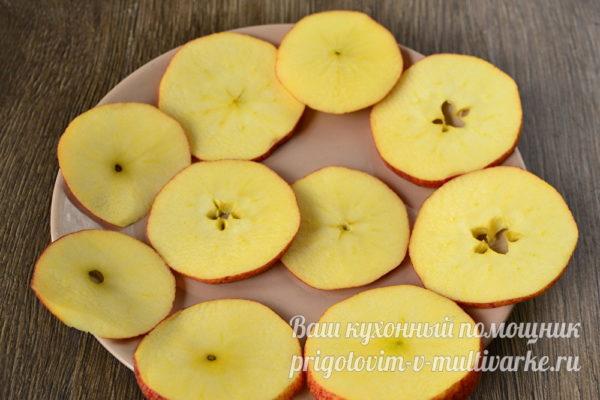 кусочки яблок на блюде