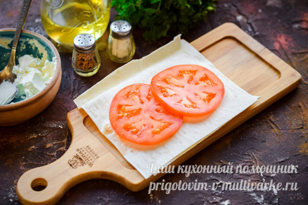 слой лаваша и помидора