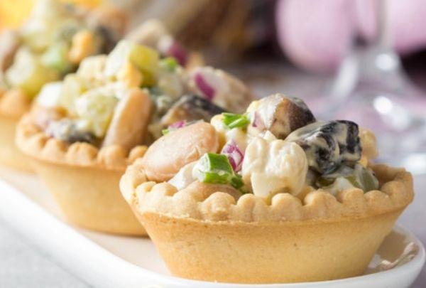 Салат с индейкой, фасолью и грибами