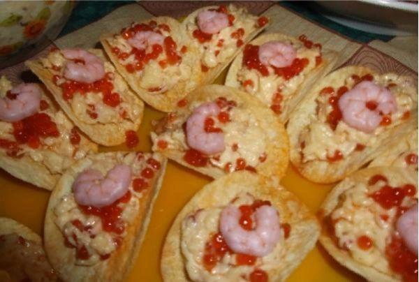 Морепродукты с сыром в лодочках из чипсов